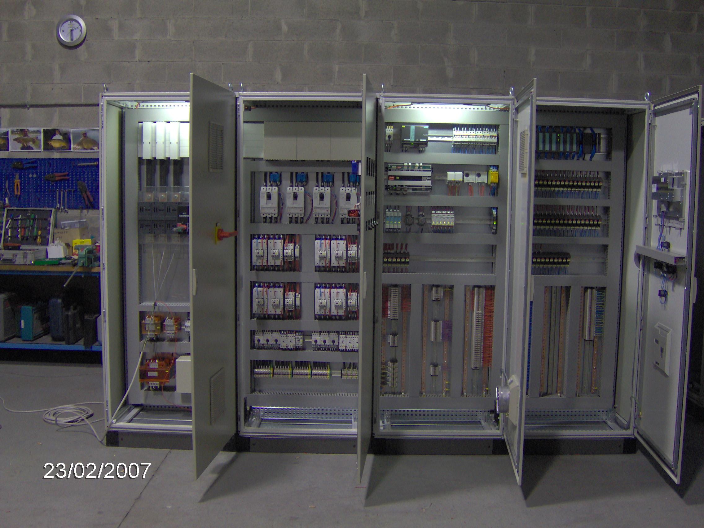 Quadro elettrico a 4 ante aperto e illuminato