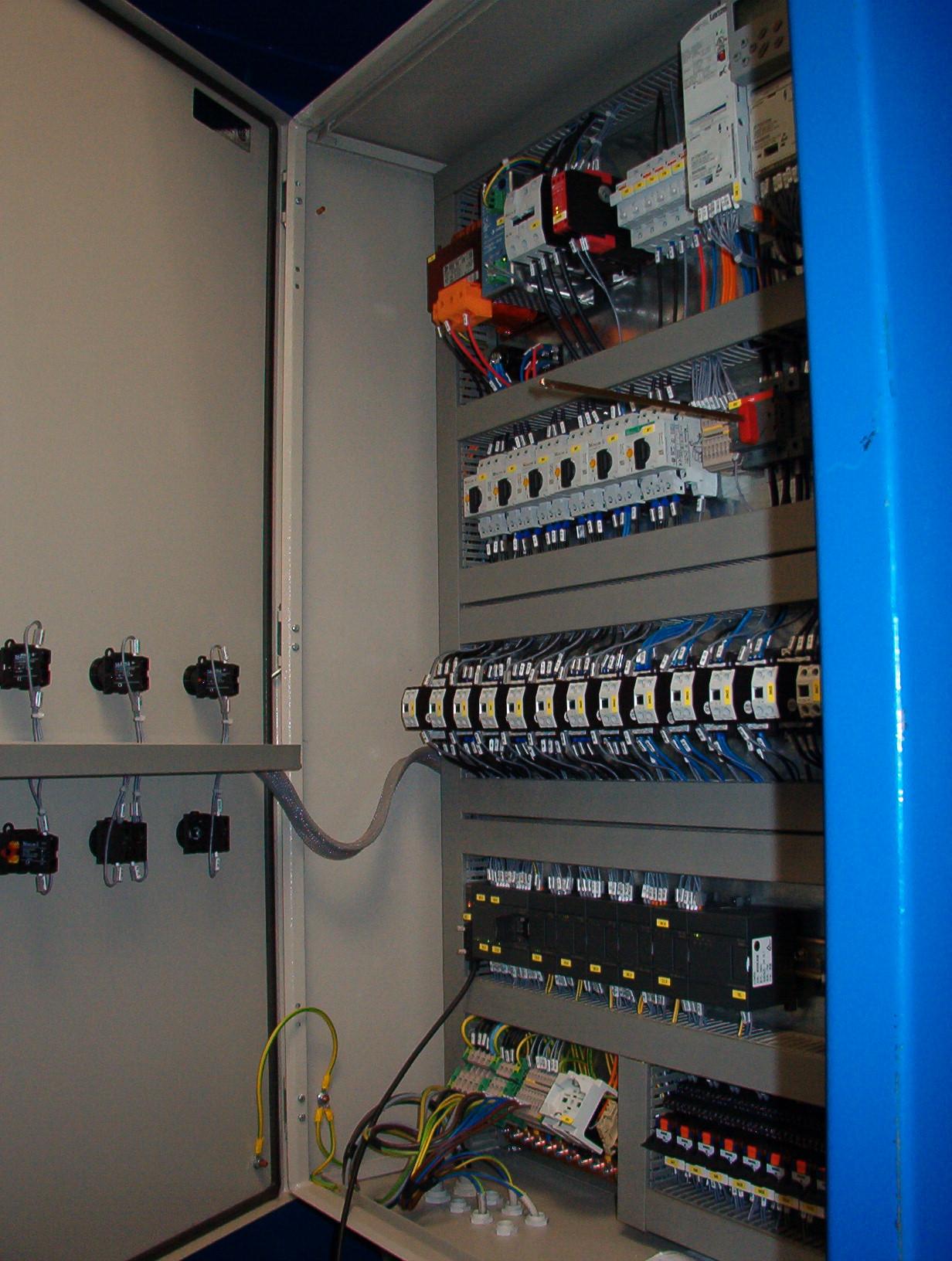 Quadro elettrico a muro durante avviamento