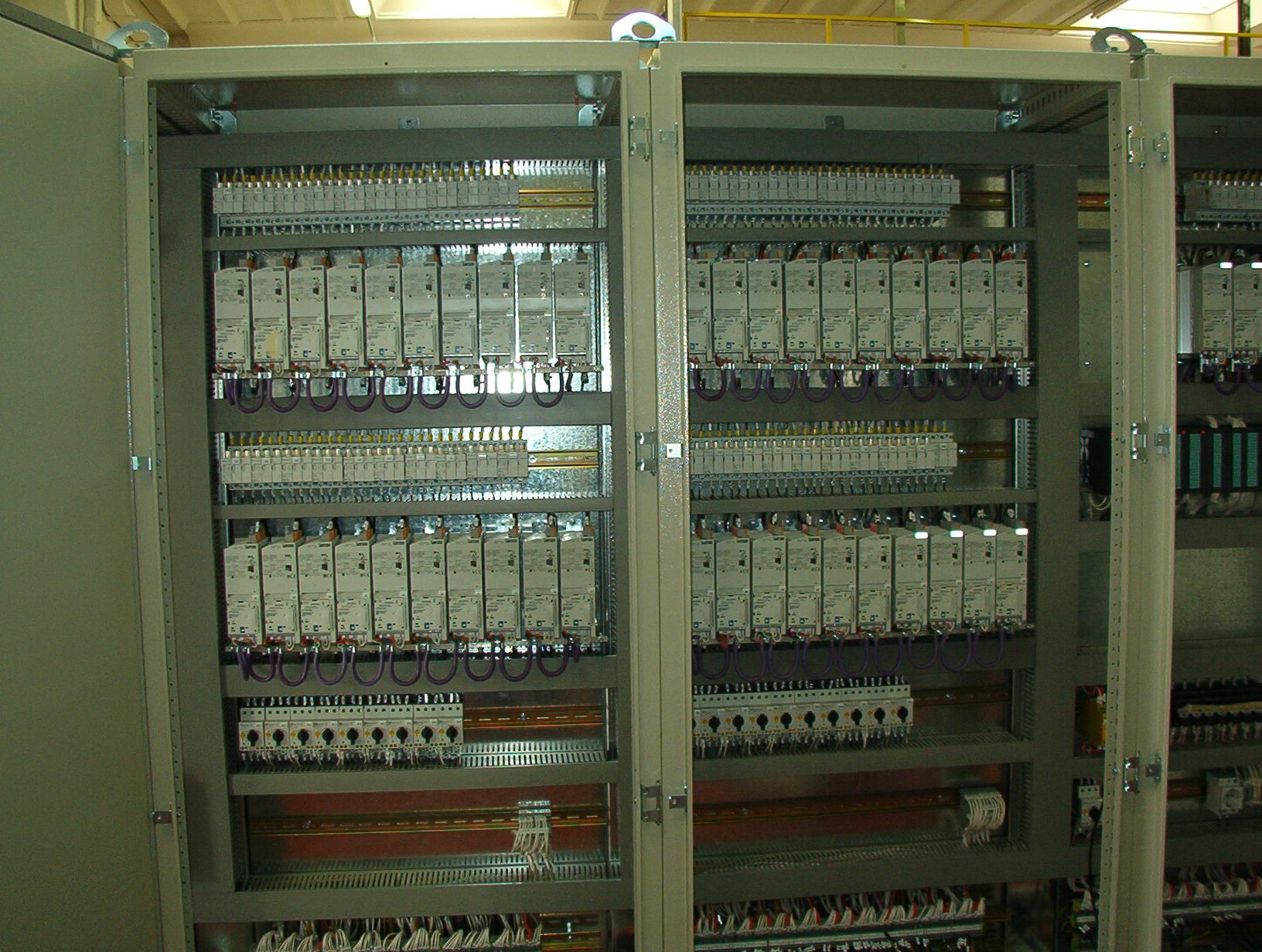 Quadro elettrico aperto con 40 inverters